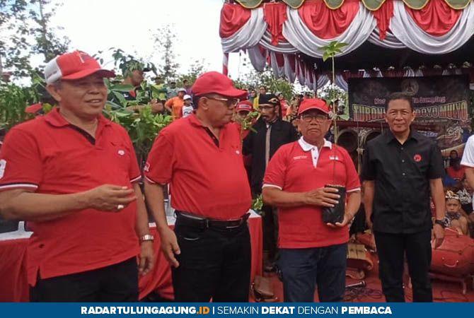 ATASI BENCANA: Dari kiri, Ketua DPD PDI Perjuangan Jatim Kusnadi, Plt Wali Kota Blitar Santoso, Bupati Rijanto, dan Wabup Marhaenis.