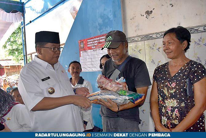 TERIMA KASIH: Plt Wali Kota Blitar Santoso menyerahkan bantuan sembako program BPNT dari Kemensos.