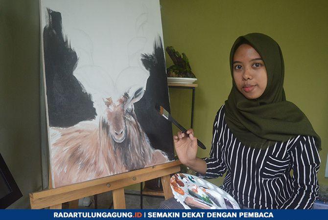 PERUPA MUDA : Sevia Dewi Krismoni menyelesaikan salah satu lukisan di teras rumahnya, kemarin (24/2).