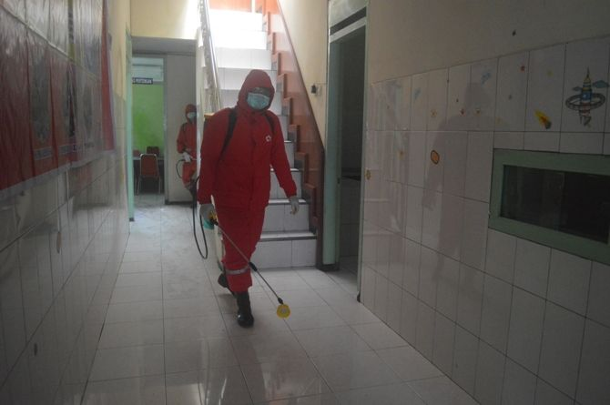 STERILISASI : Petugas menyemprot desinfektan di kantor ULT PSAI.