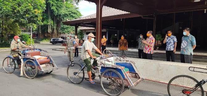 IMBAS WABAH: Bupati Tulungagung Maryoto Birowo menyapa tukang becak antre menerima bantuan sembako dari Pemkab Tulungagung di Pendapa Kongas Arum Kusumaning Bangsa Jumat (27/3).