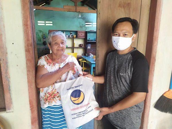 PEDULI SESAMA: Anggota DPD NasDem Tulungagung memberikan sembako kepada masyarakat terdampak Covid-19.