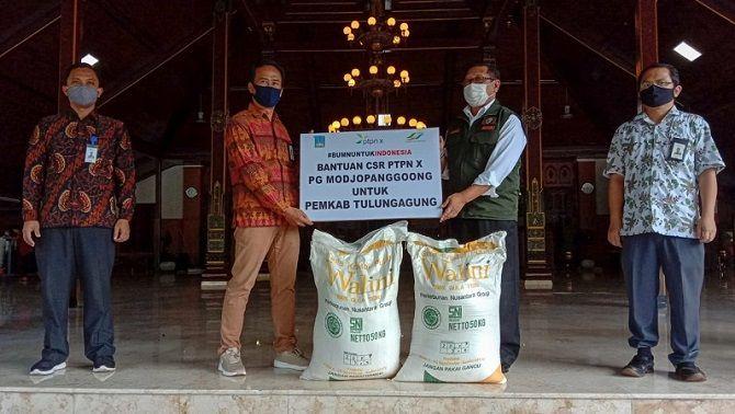 PEDULI: Tampak GM PTPN X PG Modjopanggoong menyerahkan bantuan secara simbolis kepada bupati Tulungagung.