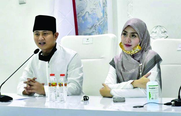 Bupati Mochamad Nur Arifin beserta istri.