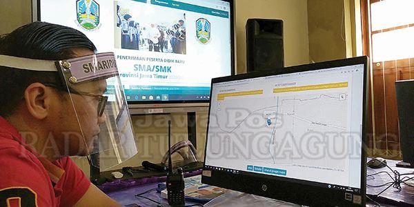 DATA RANCU: Koordinator operator SMAN 1 Kedungwaru, Yulius, memverifikasi berkas calon siswa yang masuk.