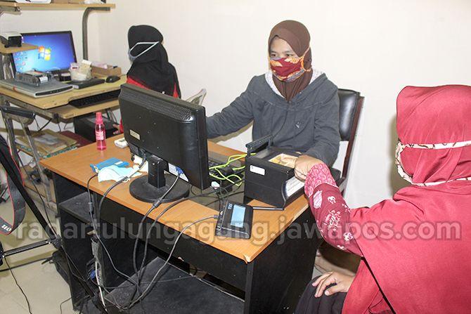 SABAR: Pemohon dokumen adminduk Dispendukcapil Kota Blitar.