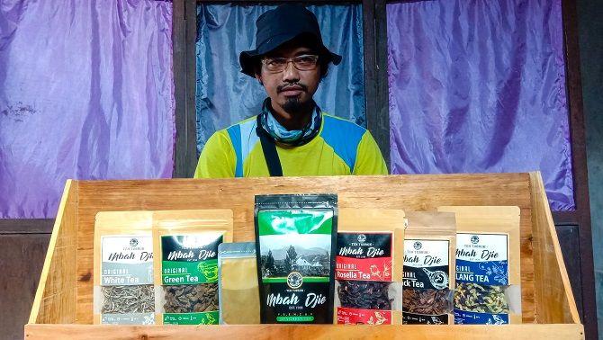 KREATIF: Mbah Djie sedang menunjukkan beberapa produk dari teh yang telah diinovasi  selama 10 tahun terakhir.