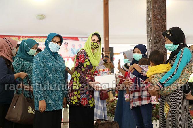 SAYANG ANAK: Ketua Forikan Jatim, Arumi Bachsin Emil Dardak, didampingi Ketua Forikan Kabupaten Blitar Ninik Rijanto memberikan bantuan berupa olahan ikan kepada masyarakat.