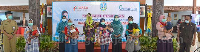 TAMBAH GIZI: Bupati Rijanto (paling kanan) dan Sekda Kabupaten Blitar Totok Subihandono (paling kanan) bersama dengan warga penerima bantuan dalam sosialisasi Program Gemarikan.