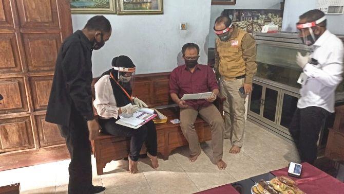 HARUS DATANG : PPDP ketika melakukan tugasnya mendatangi rumah masyarakat untuk coklit dengan protokoler kesehatan dan diawasi petugas Bawaslu