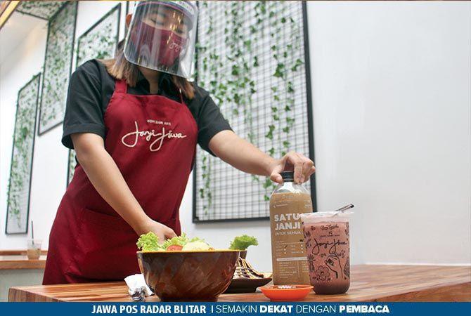 KOPI DARI HATI: Salah seorang waitress menunjukkan varian menu baru di Janji Jiwa jilid 327.