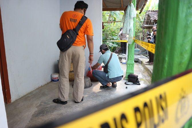 OLAH TKP: Seorang petugas sedang mengidentifikasi terhadap mayat bayi di Desa Sukosari, Kecamatan Watulimo, beberapa waktu lalu.