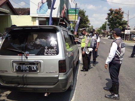 JANGAN MUDIK: Petugas menghentikan kendaraan dengan pelat luar kota di checkpoint Udanawu guna mengantisipasi adanya pemudik lokal.