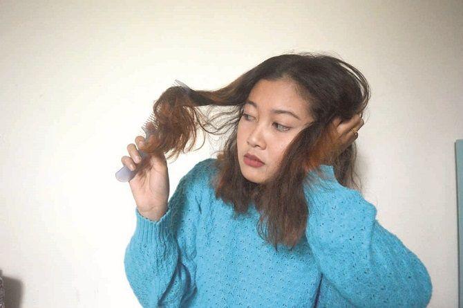KUSUT : Diperagakan model, Rafika saat menyisir rambutnya. Terlalu sering hairstyling dapat membuat rambut mudah kering.