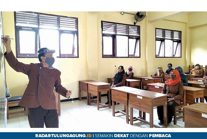 PERSIAPAN: Beberapa guru di SMK PGRI 1 Tulungagung memeragakan simulasi pembelajaran tatap muka di sekolah, kemarin.