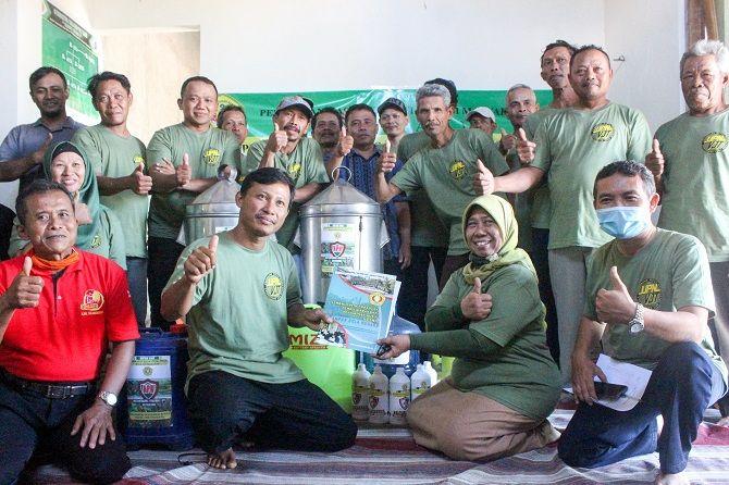 AKSI NYATA: Serah terima bantuan alat pertanian kepada kelompok tani Margo Rukun I di Desa Wates, Kecamatan Campurdarat.