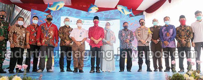 WUJUDKAN NELAYAN BERDAULAT: Bupati bersama para pejabat kementerian dan pimpinan perusahaan mitra Pemkab Trenggalek serta Forkopimda berfoto bersama usai acara.