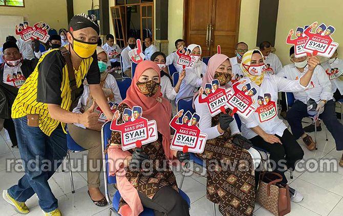 SEMANGAT: Istri Mas Ipin  dan istri Syah beserta tim yang juga memberi semangat dan bersuka cita atas nomor urut yang didapat.