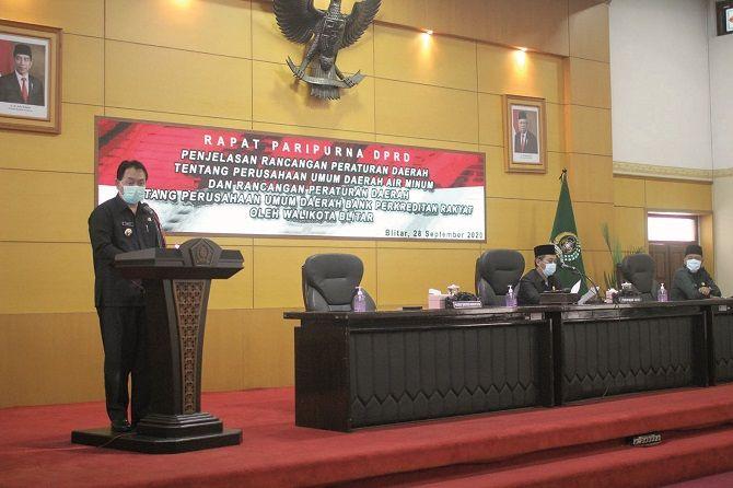 LUGAS: Pjs Wali Kota Blitar Jumadi menyampaikan penjelasan atas ranperda PDAM dan BPR