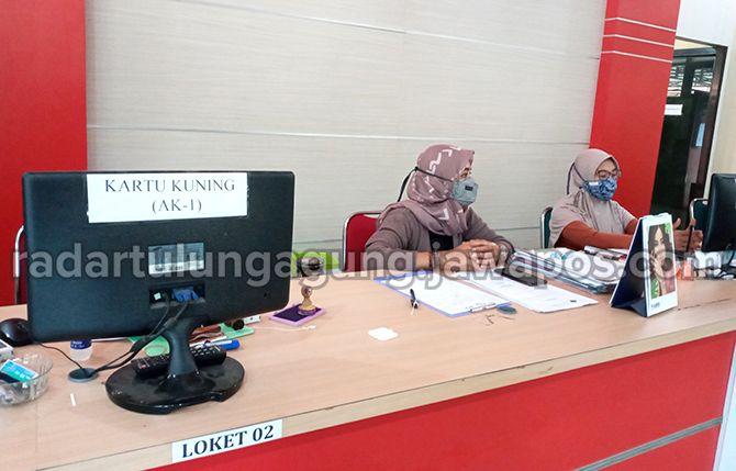 SEPI: Sejumlah petugas pelayanan berbagai surat untuk tenaga kerja, salah satunya kartu kuning di Disnaker Kabupaten Blitar.