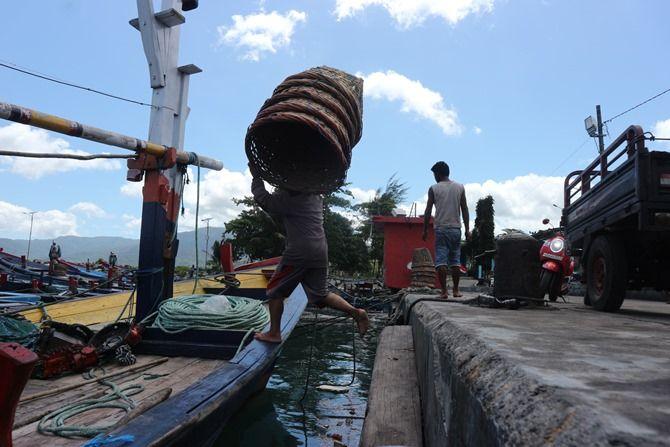 SEMANGAT: Seorang nelayan PPN Prigi yang sedang mempersiapkan peralatan untuk melaut.