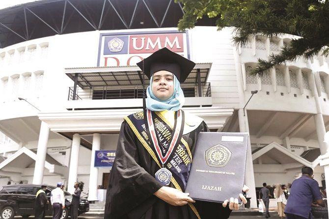 BERPRESTASI: Rezky Ami Cahyaharnita, dokter IGD RSU Universitas Muhammadiyah Malang, menjadi wisudawan terbaik UMM jenjang magister di Wisuda ke-97 Periode III tahun 2020 dengan IPK 3,97.