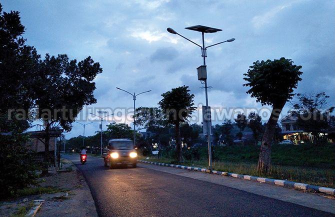 JADI SASARAN PENCURIAN : Tampak PJU bertenaga surya yang berdiri di sepanjang jalan pinggir kali (pinka) masuk Desa Moyoketen, Kecamatan Boyolangu.