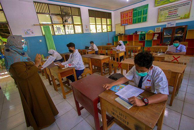 GENERASI PENERUS: Sejumlah siswa mengikuti simulasi belajar tatap muka di SMP Negeri 7 Banjarmasin, Kalimantan Selatan, Senin (16/11/2020).