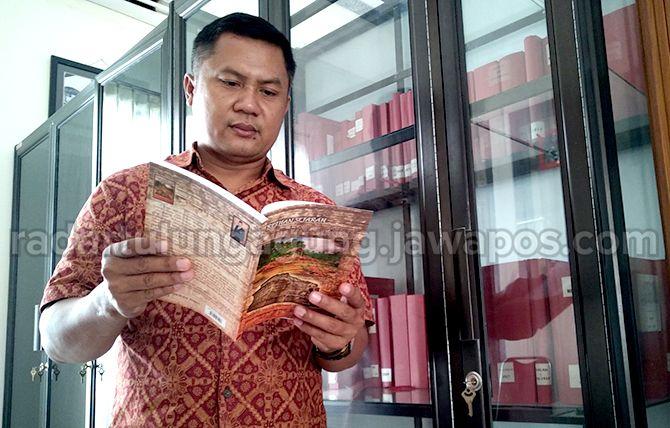 TAK TERCATAT : Sekretaris DPK Kabupaten Tulungagung, Heru Junianto membaca serpihan sejarah Kabupaten Tulungagung.