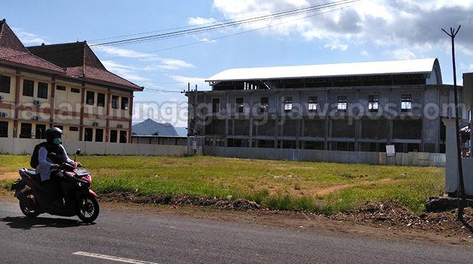 BELUM JADI : Bangunan GOR dari DAK yang tahun ini akan dilanjutkan dengan penambahan aksesoris.