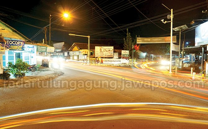 RAMAI: Simpang Empat Al Muslimun di Kelurahan Kepatihan, Kecamatan Tulungagung yang dilintasi berbagau jenis kendaraan dari empat penjuru. Ruas jalan ini bakal semakin padat karena pertumbuhan kendaraan tinggi.