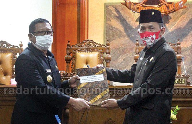 DISAHKAN: Penandatanganan dan penyerahan berita acara persetujuan bersama antara bupati Tulungagung (sebelah kiri) dan Ketua DPRD Tulungagung (dua dari kiri).