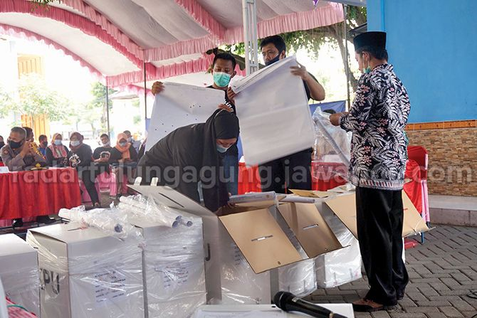 SERENTAK: Para PPS wilayah Kecamatan Trenggalek ketika melakukan rekapitulasi penghitungan suara di tingkat kecamatan.