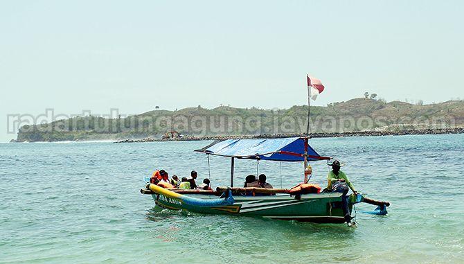 BISA DIKUNJUNGI: Sejumlah pengunjung menikmati Pantai Tambakrejo di Kecamatan Wonotirto, beberapa waktu lalu.
