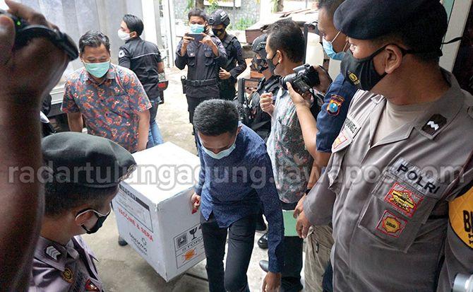 SIGAP: Petugas menurunkan vaksin Covid-19 dari kendaraan khusus. Sedikitnya 4.400 dosis vaksin telah tiba di Kota Marmer.