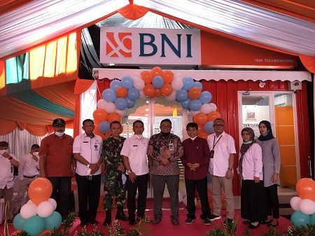 SUKSES: Head of Consumer Banking BNI Kanwil Malang, Muhammad Safri Hidayat bersama Rektor IAIN Tulungagung, Maftukhin potong pita sebagai tanda peresmian BNI Kantor Kas IAIN Tulungagung.