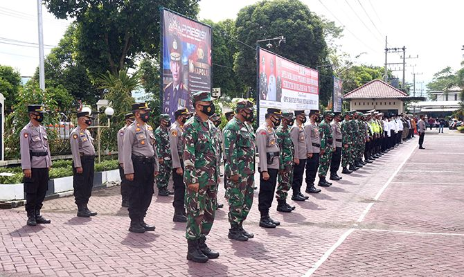 SUDAH SIAP: Ratusan personel dari TNI dan Polri yang nantinya bertugas menjaga keamanan pelaksanaan pilkades hari ini.