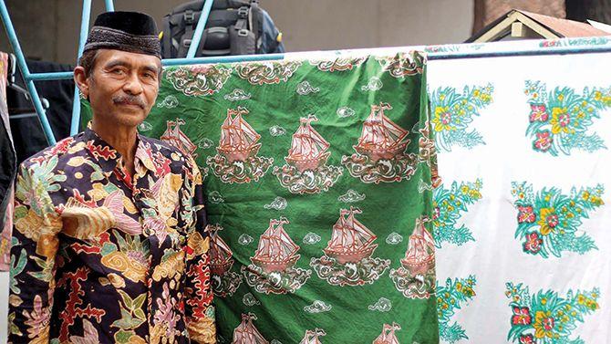 BANGGA: Abdul Mo'id sedang menunjukkan karya batik motif Surga di Pesisir Selatan di rumah produksi batiknya.