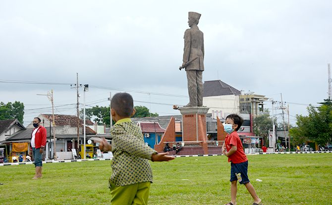 BUTUH PERHATIAN: Seorang anak bermain di Alun-alun Kanigoro. Orang tua harus jeli memastikan agar anak tidak gagal tumbuh.