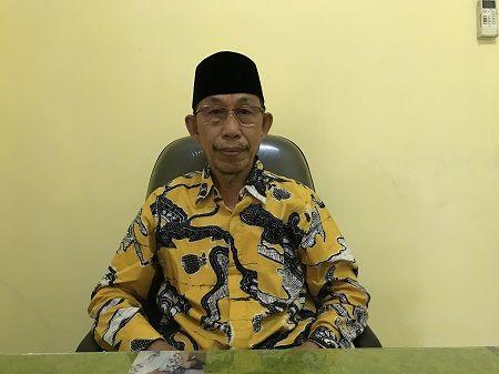 TOLAK NJOP: Ketua DPD Partai Golkar Kabupaten Tulungagung Drs. KH. Asmungi Zaini M.Si saat ditemui di ruang kerjanya, kemarin (7/4)