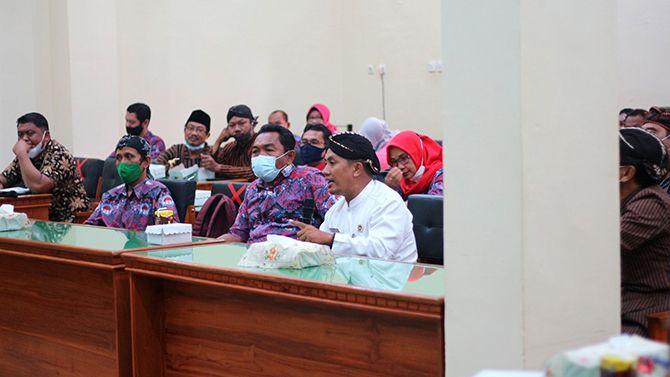MENJELASKAN: Ketua AKD sedang menyampaikan aspirasi agar ADD tidak kena refocusing di aula kantor DPRD Kabupaten Trenggalek pada Kamis (8/4).