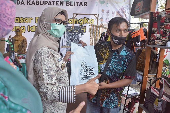 MENDUKUNG: Bupati Rini foto bersama para pelaku usaha kecil saat pembukaan Kampung Ramadan di Play Ground samping Alun-Alun Kanigoro, kemarin (3/5).