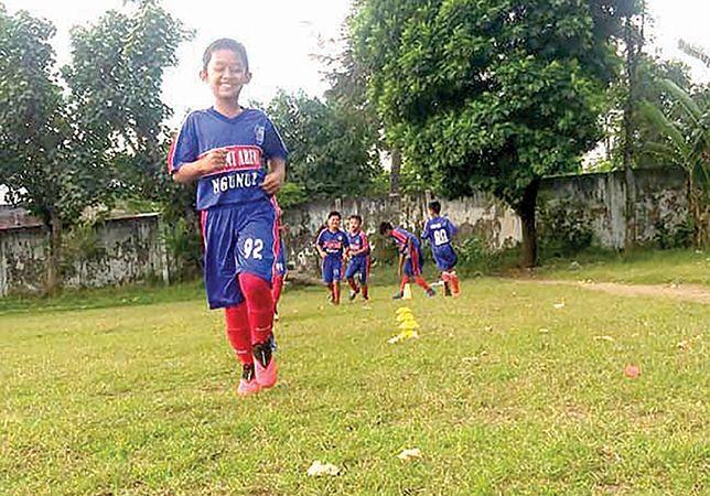 BUGAR: Pemain junior Akademi Arema Ngunut, latihan kemarin (2/7).