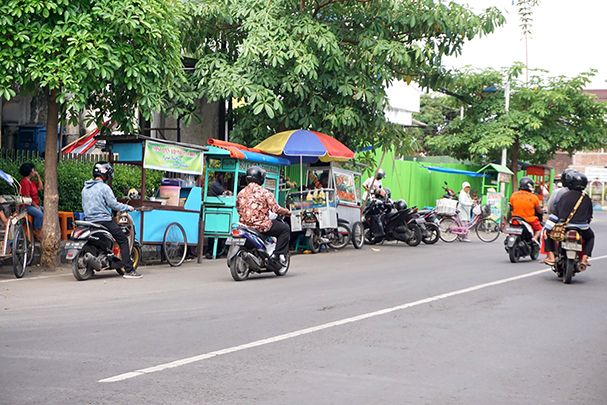 KEADILAN: Tampak beberapa PKL sedang berjualan di tepi jalan. Selama pemberlakuan PPKM darurat, banyak PKL yang merugi.