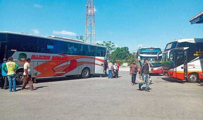 TIBA DI TUJUAN: Beberapa penumpang turun dari salah satu bus AKDP di Terminal Patria Blitar, kemarin (8/7).