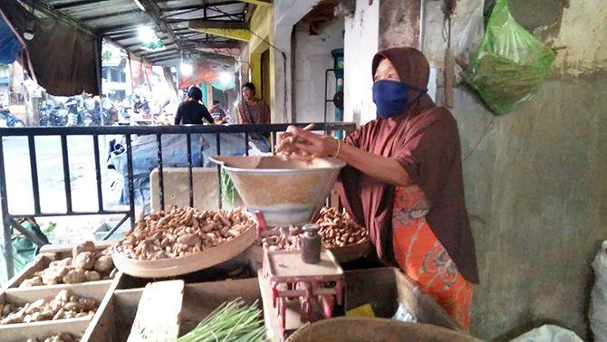 SEPI: Pedagang di Pasar Ngemplak saat menimbang rempah.