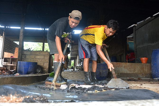 MELIMPAH: Beberapa pekerja membersihkan bulu yang masih menempel pada kulit sapi.