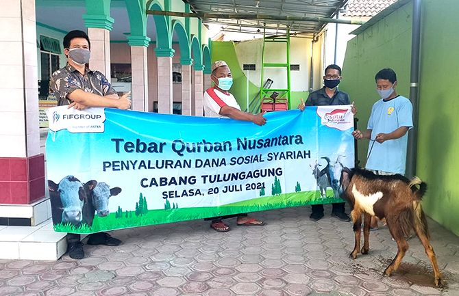 BERBAGI : FIF GROUP Cabang Tulungagung menyerahkan hewan kurban 3 ekor kambing yang berlokasi di musholla Sabilul Khoiri dan Baitul Huda di Kelurahan Tertek dan Masjid Baiturrohman di Desa Tertek pada  19 Juli 2021.