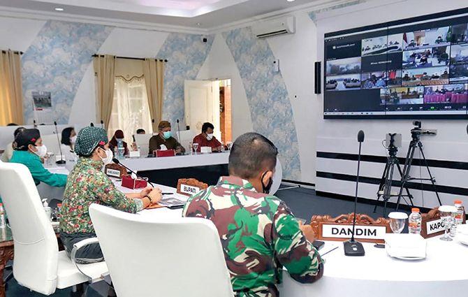 KONSENTRASI: Bupati Trenggalek Mochamad Nur Arifin saat memberikan imbauan kepada pemerintah desa terkait PPKM darurat level III secara telekonferensi di Smart Center kemarin (22/7).