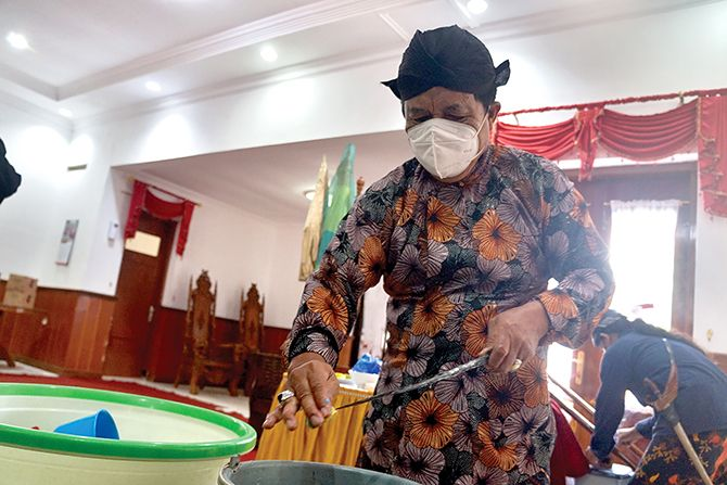 Jamasi Tombak Kyai Korowelang, Lestarikan Tradisi Menjelang Hari Jadi